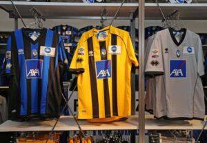 La novità è rappresentata dalla seconda divisa, si abbandona il bianco per far spazio ad un inedito giallonero in versione Borussia Dortmund.