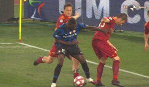 Foto IPP/da tv Roma 05/05/2010 calcio Coppa Italia 2009-2010 Roma - Inter Nella foto: il fallo intenzionale dell' espulsione di Francesco totti su mario Balotelli