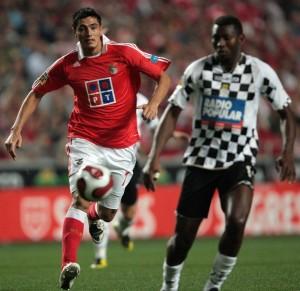 Benfica's Cardozo (L) vies with Boavista