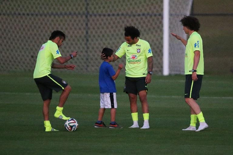 43e009bfd1 ... resgatado por Neymar e levado pelo atacante para tirar uma fotografia  com outros outros jogadores durante treino da Selecao Brasileira na Granja  Comary.