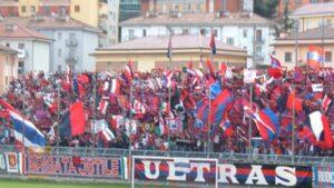 Potenza, questo è 'Amore': i tifosi lanciano 'Baci' dopo il pareggio a Reggio Calabria