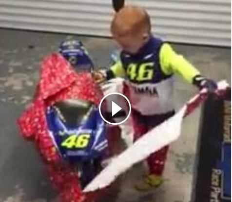 best authentic c3eff 4b0eb MotoGp, il piccolo fan di Valentino Rossi in visibilio per ...