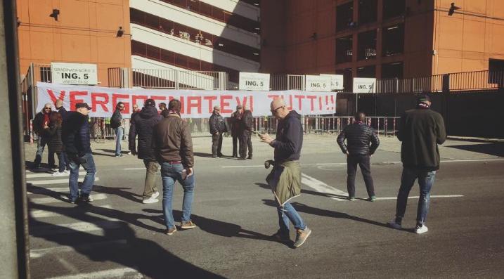 Contestazione Genoa, duro striscione all'esterno dello stadio: tifosi furiosi