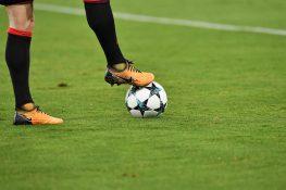 Episodio da non credere, calciatore fa pipì in campo: espuls