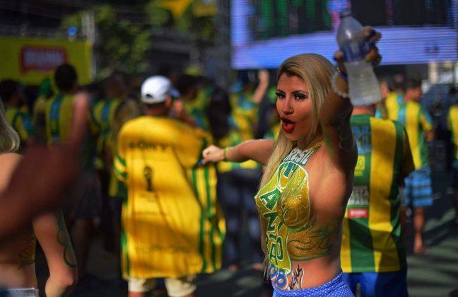 Tifosi (completamente) impazziti, tifose (completamente) NUDE: a Rio de Janeiro la FESTA per il Brasile è già ...