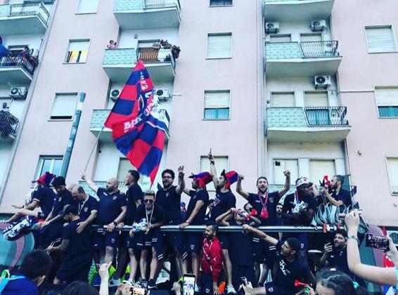 Ancora delirio per il Cosenza, festa grande in città: pullman scoperto [FOTO e VIDEO]