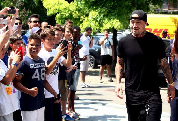 Nainggolan arriva al Coni |  tifosi dell'Inter in festa FOTO