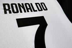 Juventus |  Cuadrado consegna la maglia a Cristiano Ronaldo FOTO