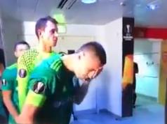 calciatore sputa e si lava la faccia