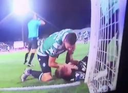 Paura in campo in Portogallo: calciatore eroe salva la vita al portiere dello Sporting Club [VIDEO]