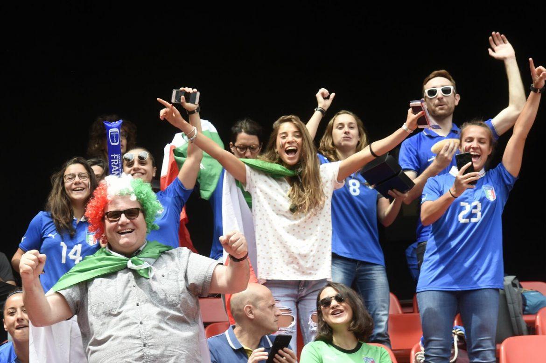 Tifosi Azzurri in trasferta per sostenere la Nazionale femminile di calcio ai mondiali di Francia 2019. Foto: AFP/LaPresse.
