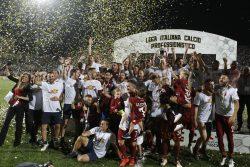 Notte di festa a Trapani: tifosi e calciatori scatenati per