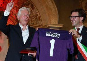 La Fiorentina dona una maglia a Richard Gere: l'attore ricev