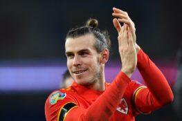 Bale festeggia la qualificazione del Galles con una bandiera