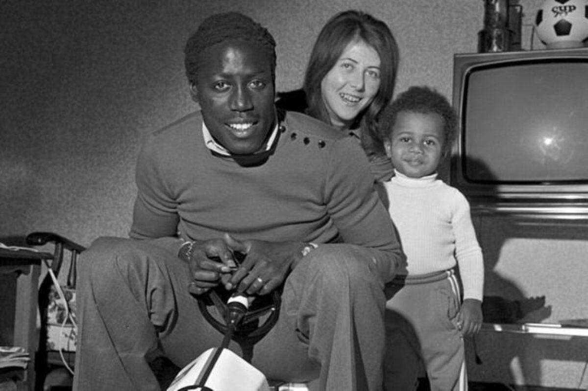 Jean-Pierre con Bernadette ed il figlio, i familiari dai quali sarebbe dovuto tornare dopo l'intervento