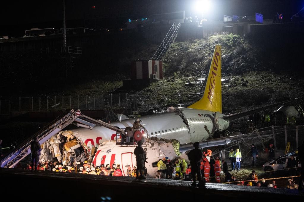 Le notizie del giorno, morti 4 calciatori in un incidente aereo. L'infortunio horror e la querelle Papu ...