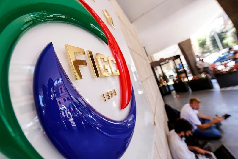 Allarme nel calcio italiano, tanti club a rischio iscrizione al prossimo campionato