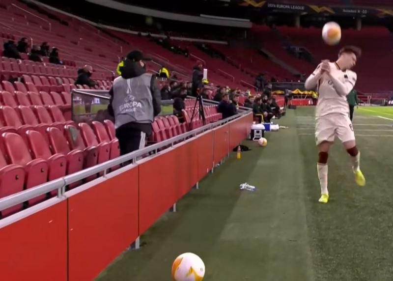 Ajax-Roma |  il raccattapalle tira il pallone in faccia a Calafiori VIDEO