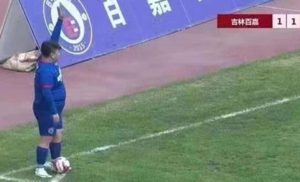 Cina, miliardario compra un club di calcio per far giocare il figlio di 126 kg [FOTO]
